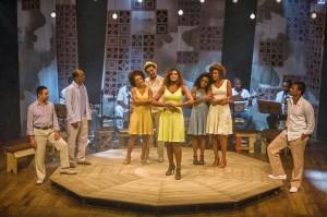 Cris Viana ao centro e Vilma Melo (de vestido azul) em belo musical a partir de canções de Arlindo Cruz